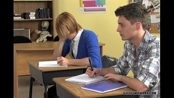 قبلات شاذة مع طالب مثلي يمص زب زميله في الفصل حتى قذف