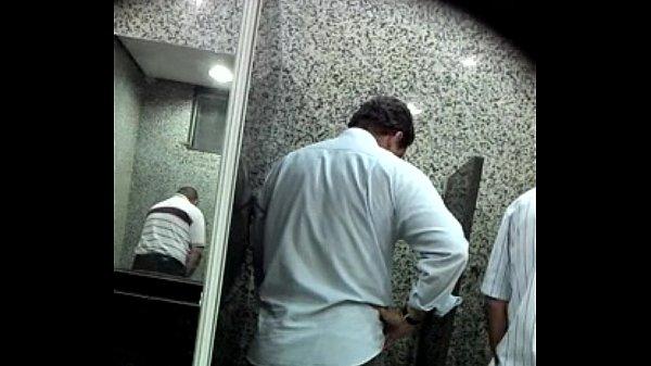 ممارسة لواط مص الزب في حمام عام بين رجلين و تصوير خفي